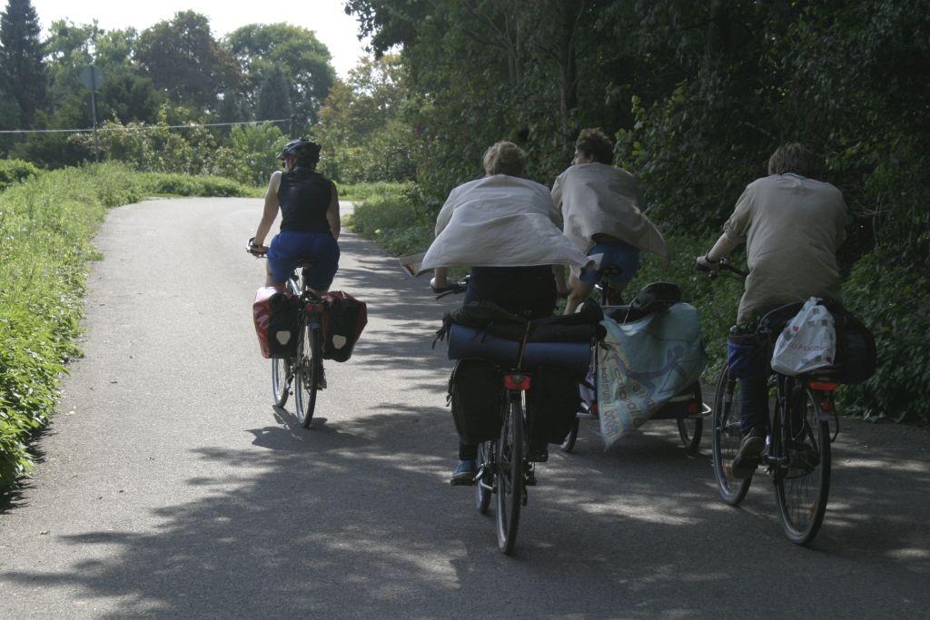 Pfadfinder auf dem Rad, auf dem Weg zum Pfadfindergarten.